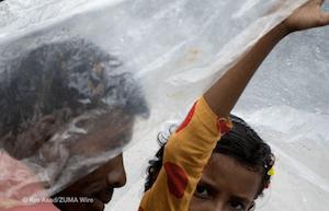 Two people bracing rain during Monsoon in Bangladesh - dpa
