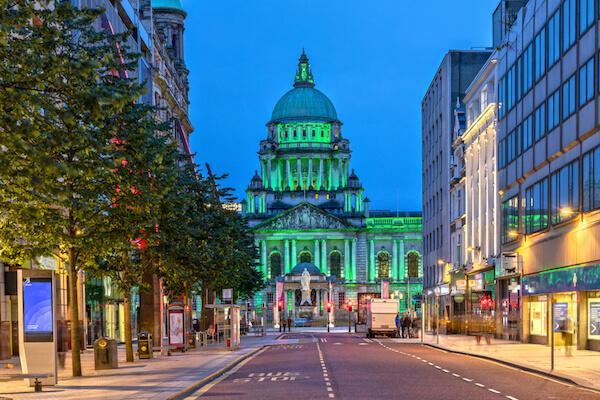 Illuminated city hall in Belfast/Northern Ireland