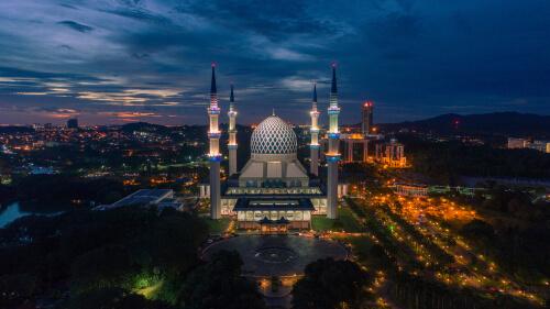 Shah Alam Blue Mosque by Syariff Hidayatullah / Shutterstock.com