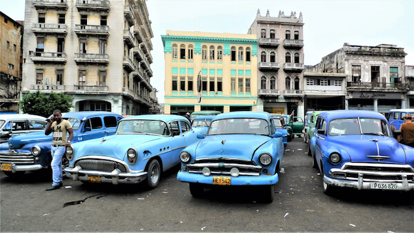 Cuban cars by REPORT / Shutterstock.com