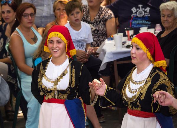 Greek girls dancing - image by Alika Obraz