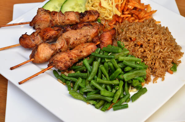 Food in Suriname: Fried rice with Saté sticks and beans