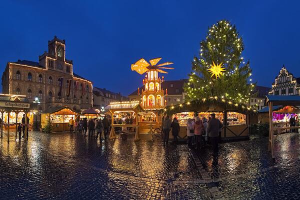 Weimarer Weihnachtsmarkt - image by Mikhail Markovskiy / Shutterstock.com