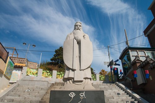 Confucius statue in Incheon South Korea - image by  Chaiyapak Mankannan/shutterstock.com
